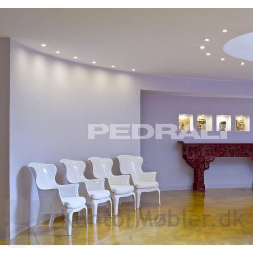 Den hvide gennemfarvet Pasha loungestol, kan også anvendes som ventestol. Pasha giver her et romantisk look