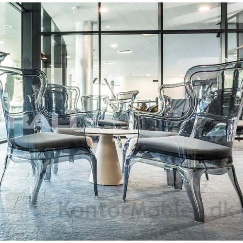Pasha loungestol i grå transparent med sædepolstring kombineret med Ikon bord