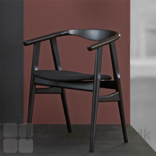 GE 525 stolen i sortbejdset bøg med sort sædepolstring