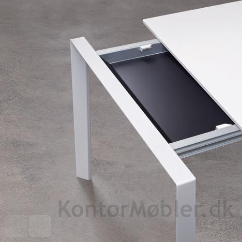 More mødebord med udtræk, pladerne er bordbredden x 50 cm