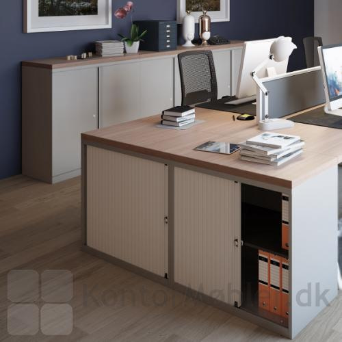Essentials reolskab med topplade, gør opbevaringen enkel og elegant - kontakt os for yderligere information