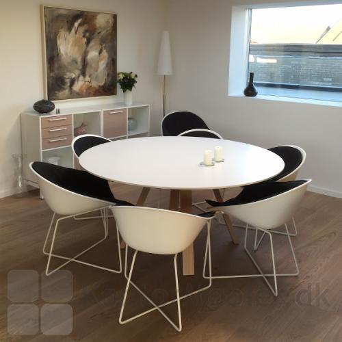 ARKI mødebord med rund bordplade og ben i eg