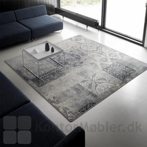 Create tæppe i mønsteret Patchwork i varme grå nuancer, med lys grå overlook kant
