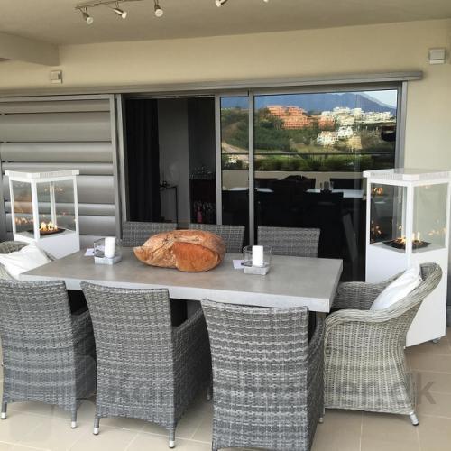 Sunwood Marino terrassevarmer i hvid matcher de lyse terrassemøbler