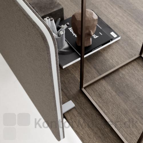 Frontmonteret Edge brodskærm med hvid kantliste med grå bordbeslag