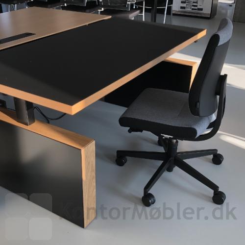 Gamma by Dencon er et hæve/ sænkebord med kraftige gavler og stel