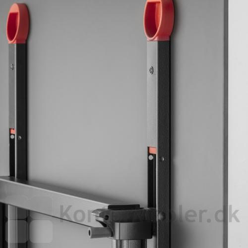 Ypsilon foldebord har to røde veludformet løftehåndtag