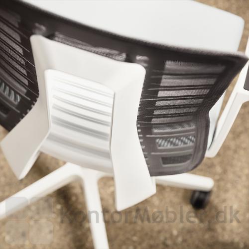Ryggen på Pure kontorstol kan vælges med mesh i flere farver