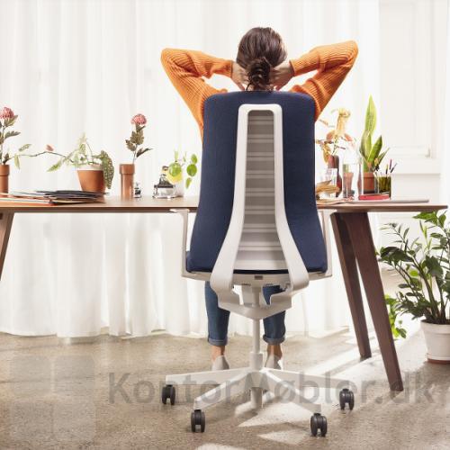 Pure kontorstol er designet med hvid eller sort ryg og stel