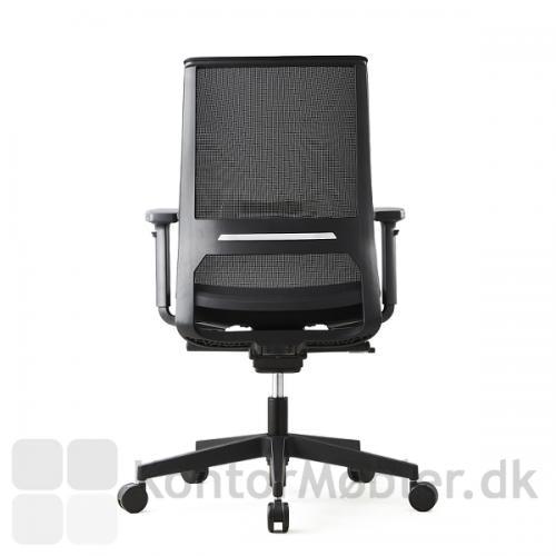 Logica kontorstol har en flot netryg, der giver stolen et let og svævende look