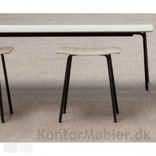 Kombiner Four Bench bænk med Four Stool taburetten fra serien Four Seating
