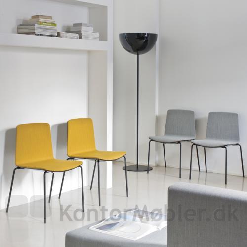 Noa mødestol fra Pedrali, med sort stel og polstring