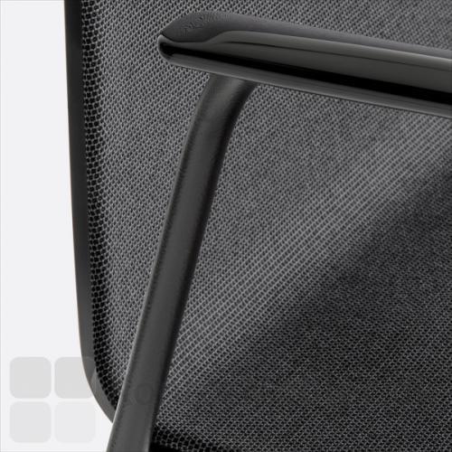 Noa mødestol med sort armlæn og sort polstring