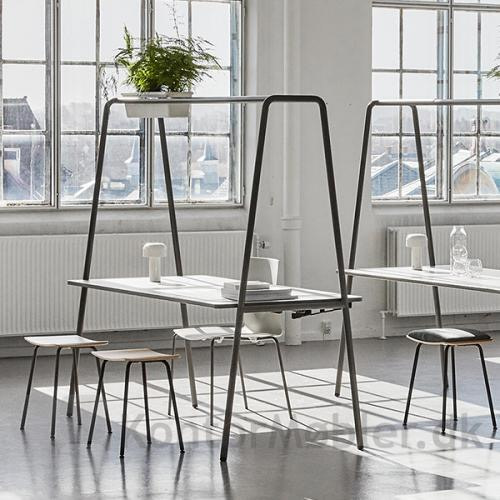 Four Real A multifunktionsmøbel med Four Stool taburetter