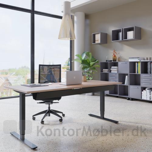 Delta hæve sænke bord med 3-leddet kvadratisk stel i sort og med sorte fødder. Hertil valgt kabelbakke og luge med slids