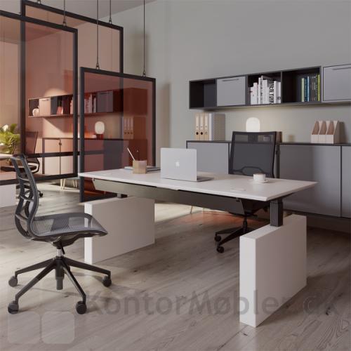 Gamma by Dencon bordet valgt med hvid bordplade og hvide gavl ben. Derudover er kontoret indrettet med Delta opbevaring