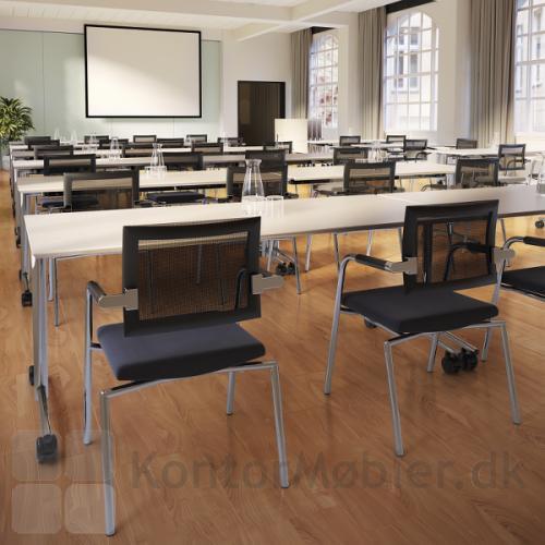 Flip top bordet er nemt at stille op, pakke sammen og flytte rundt. Perfekt til det fleksible lokale