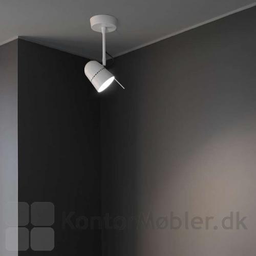 Counterbalance spot i hvid monteret i loftet