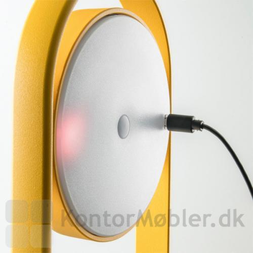 Giravolta lampe er genopladelig og oplades med USB stik