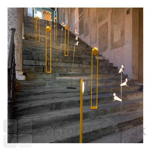 Giravolta gulvlampe giver et flot lys til trappen
