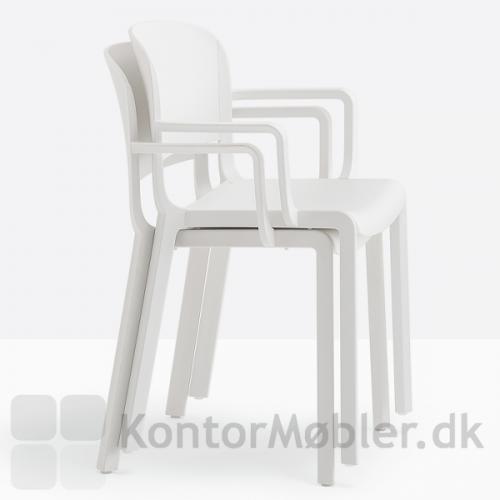Dome stol med armlæn kan stables op til 5 stk.