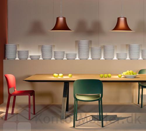Dome spisebordsstol ses her i farverne rød og grøn