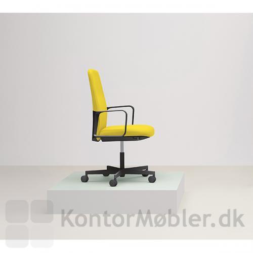 Temps kontorstol med ryg, armlæn og fodkryds i sort, kan sagtens bære en flot gul polstring