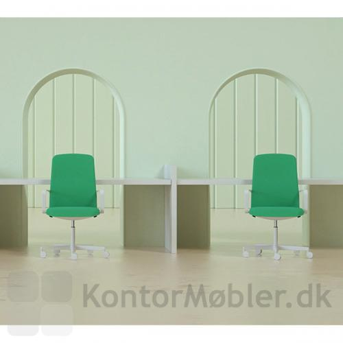 Temps kontorstol i hvid, passer godt til det hvide bord. Sæt farve på indretningen, med en af de flotte polstringer vi tilbyder