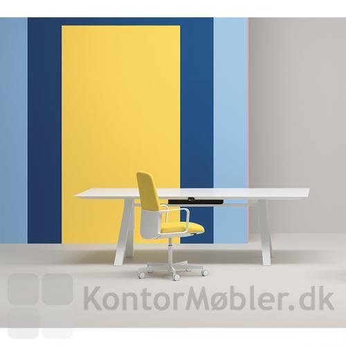 Temps kontorstol med hvid base og fodkryds, passer flot til det hvide Arki bord