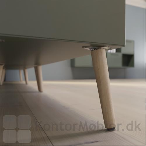 Delta skab med 1 rum kan vælges med træben i eg, hvilket giver bogkassen en højde på 56,8 cm