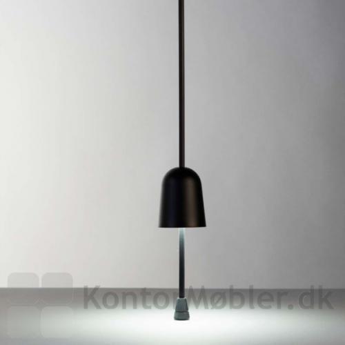 Juster lysintensiteten på Ascent bordlampe ved bevæge lampehovedet op og ned