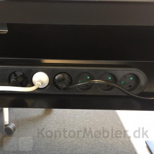 Ledningsnettet kan nemt placeres under bordet i kabelbakken