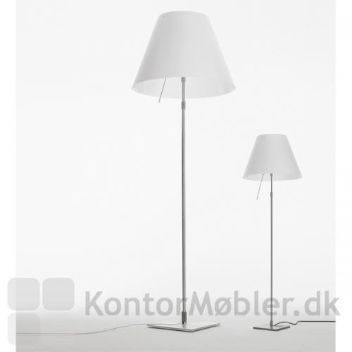 Costanza gulvlampe ses her i to størrelser