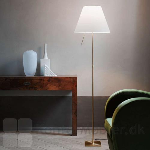 Costanza gulvlampe ses her med stel i farven Brass