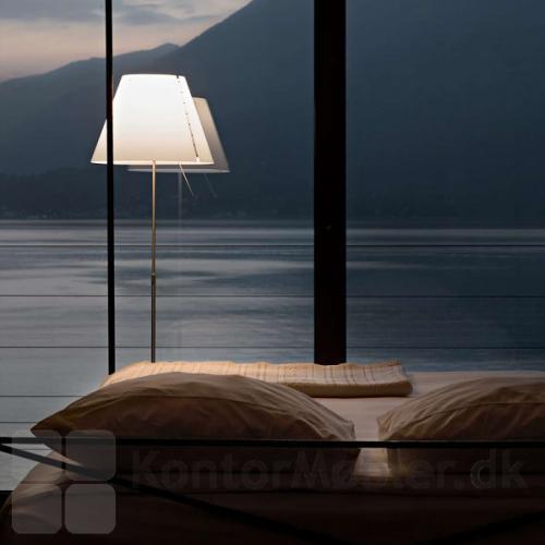 Costanza gulvlampe giver behagelig lys om aftenen
