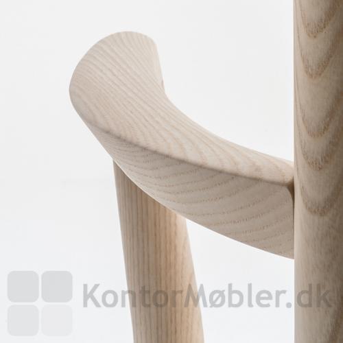 Tivoli mødestol i lys eg med smukt udformet armlæn
