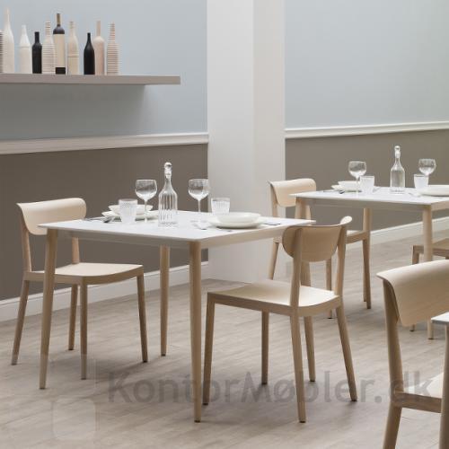 Tivoli mødestol i lys ask, har et enkelt og klassisk design