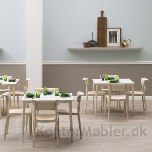 Tivoli mødestol i lys ask giver indretningen et enkelt look
