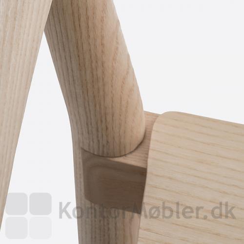 Tivoli mødestol har en flot samling mellem sæde og ben