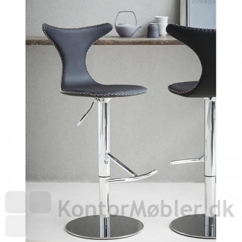 Dolphin barstol med gaslift, polstret med sort læder - krom fod