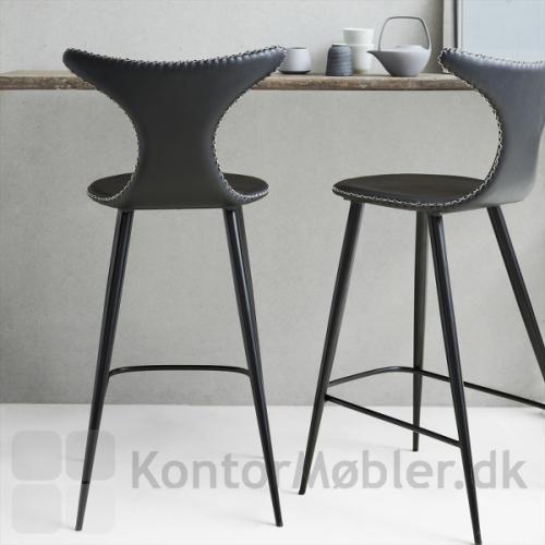 Dolphin barstol med sort kunstlæder og sorte koniske ben