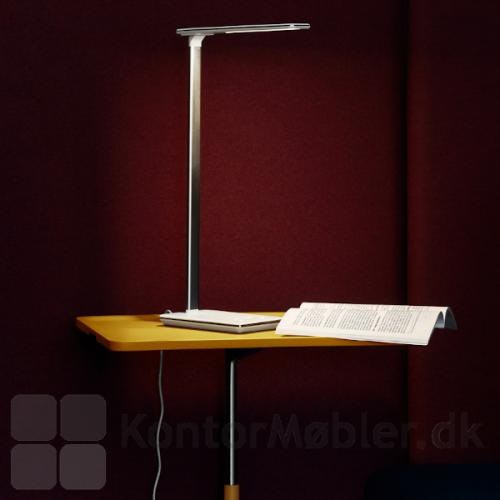 Singapore skrivebordslampe i hvid, med 4 trins dimmer både til lysstyrke og farvetemperatur