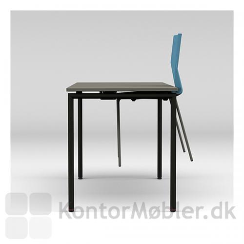 Four Learning bordet er 64 eller 70 cm bredt. Four Eating kantinebord er 80 cm bredt