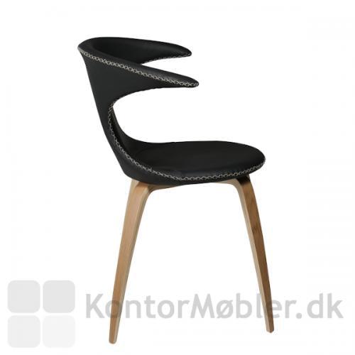 Flair stol med ben i eg og sort læder polstring. En stol i Nordisk stil som er klassisk og samtidig har et design som skiller sig ud.