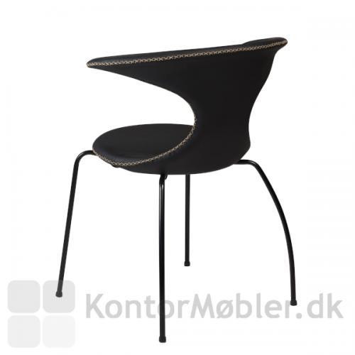 Flair stol med sorte ben og polstring i sort læder. Nordisk elegant stil med ryg som går i ét med armlænet.