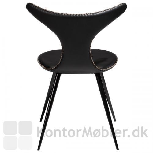 Dolphin stol med sorte koniske ben og i sort. Stolen har flotte organiske former som gør, at stolen skiller sig ud.