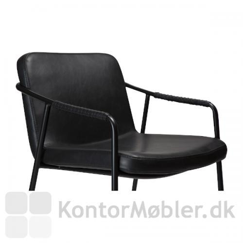 Boto counterstol i sort vintage kunstlæder, med et sæde og ryg, som er meget komfortabelt og helt enkelt i sit udtryk.