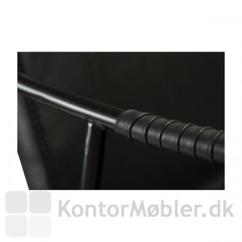 Boto barstol har en fin detalje med kunstlæderet viklet rundt om.