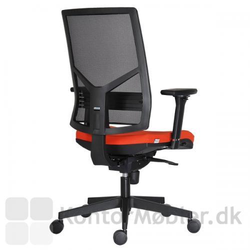 Omnia kontorstol kan højdejusteres i ryglænet, samt justeres ved lænden