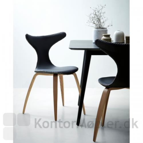 Dolphin stol med sort polstring kombineret med Pheno mødebord